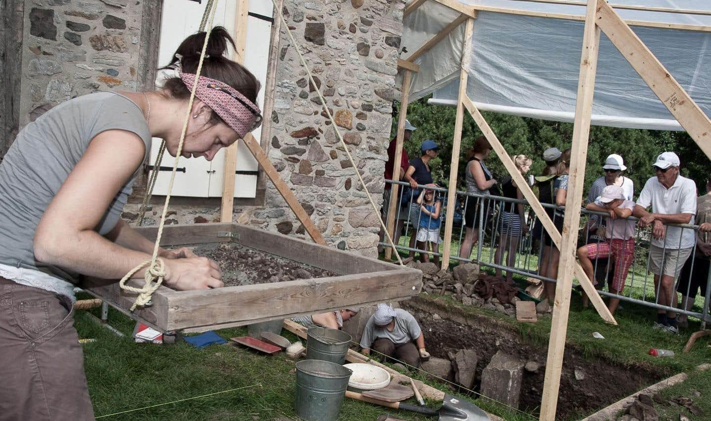 L'été, des activités d'initiation à l'archéologie sont offertes aux visiteurs sur le site de la maison LeBer-LeMoyne.