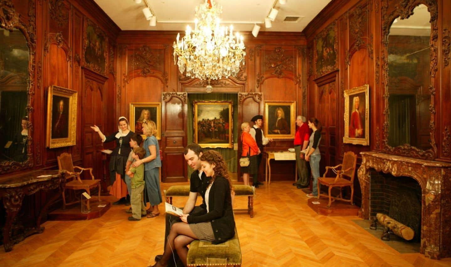 Dans la salle de Nantes, au Château Ramezay, les boiseries constituent en elles-mêmes des artefacts que peuvent admirer les visiteurs.