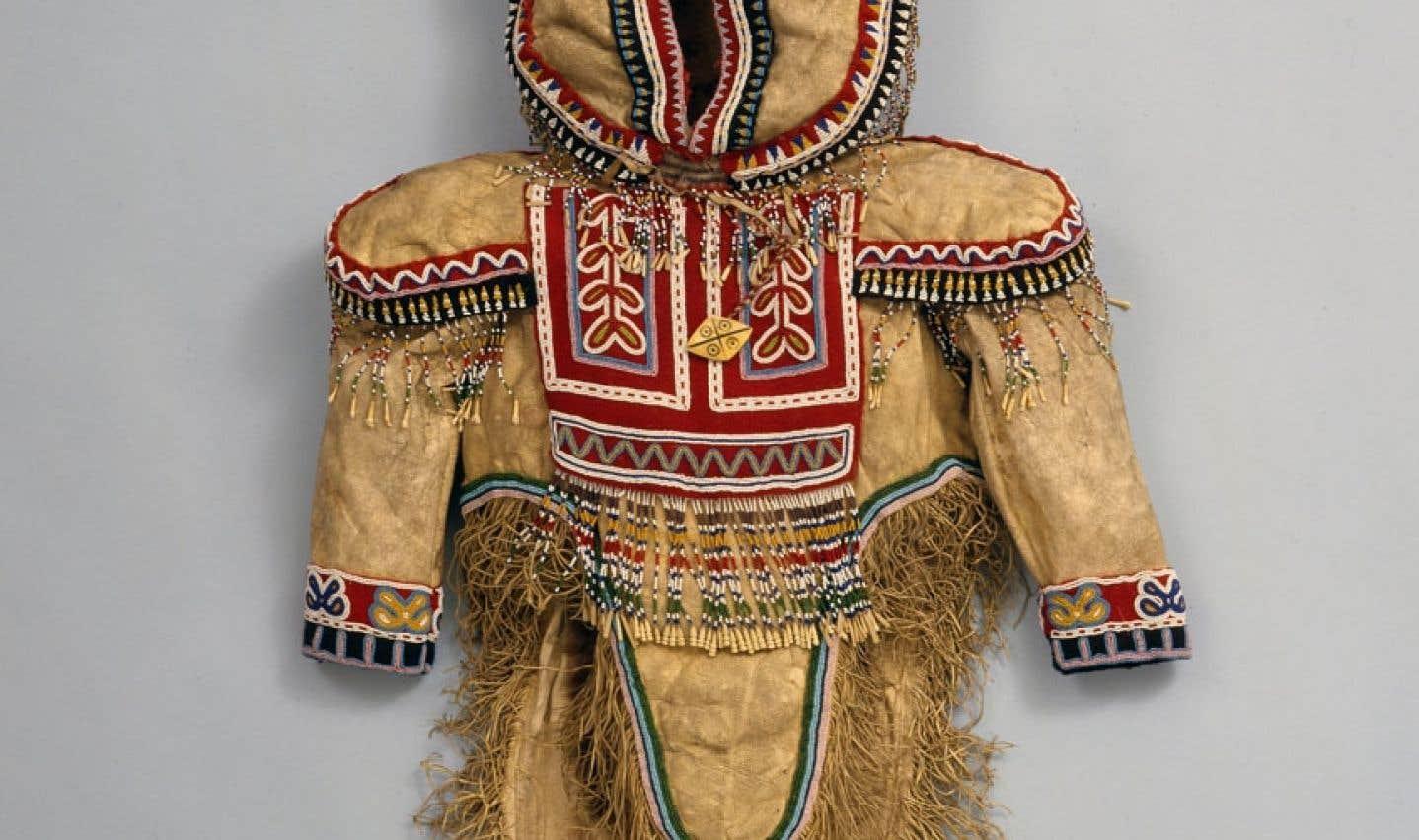 Porter son identité est une exposition qui, à travers les vêtements, présente divers aspects des cultures autochtones.