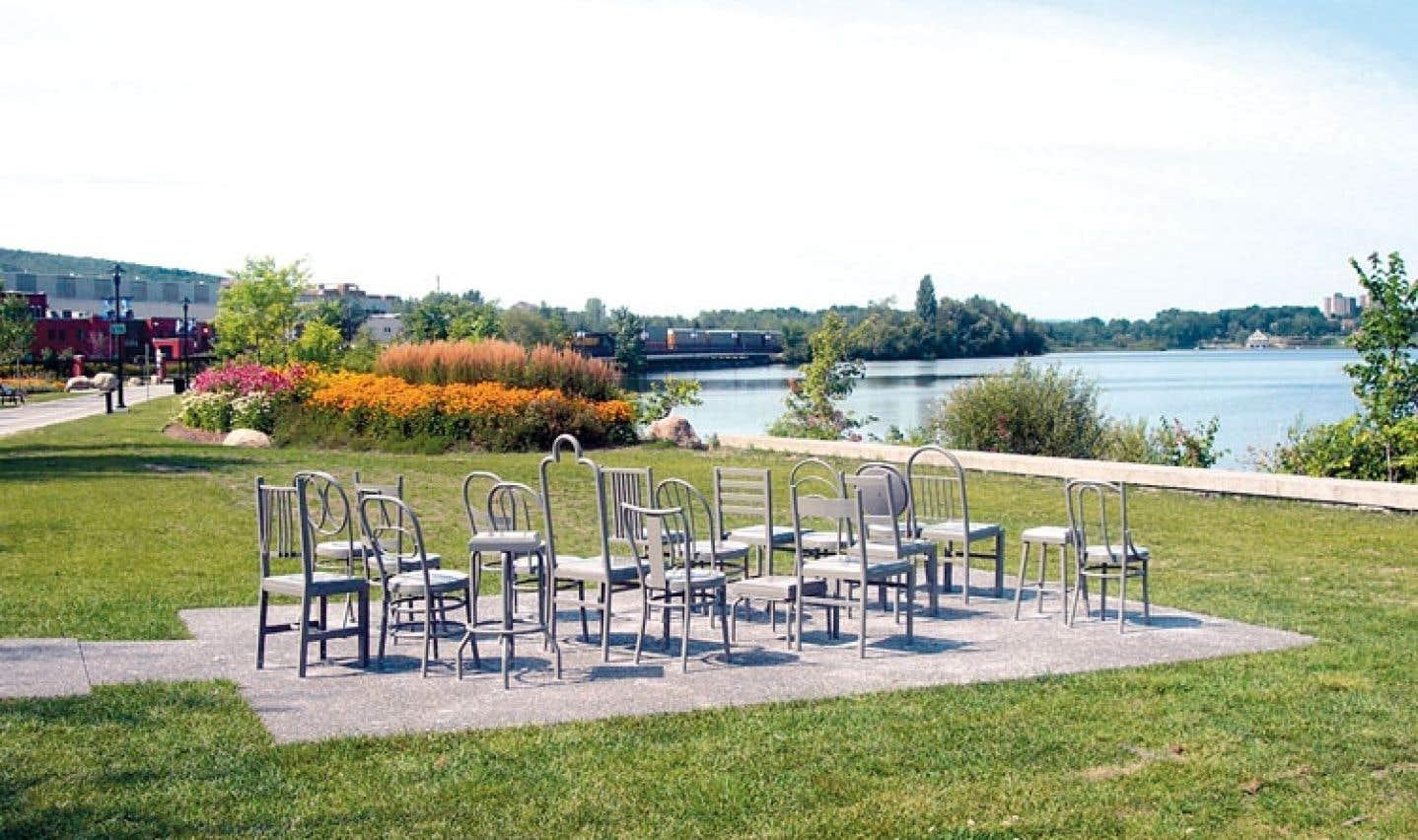La collection du Musée des beaux-arts de Sherbrooke comprend l'œuvre Nulle part/ailleurs, 2002, de Michel Goulet, qui est installée sur les rives du lac des Nations, au centre-ville de Sherbrooke.