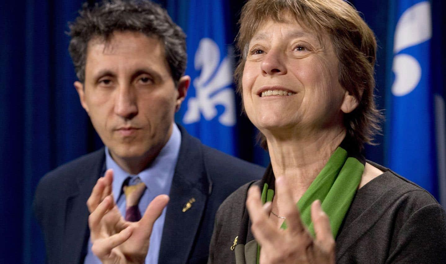 La députée de Québec solidaire Françoise David répond aux questions des journalistes en compagnie de son collègue Amir Khadir. Québec solidaire, qui cherchait depuis mardi à présenter une motion sur les paradis fiscaux, s'est fait damer le pion par la Coalition avenir Québec jeudi.