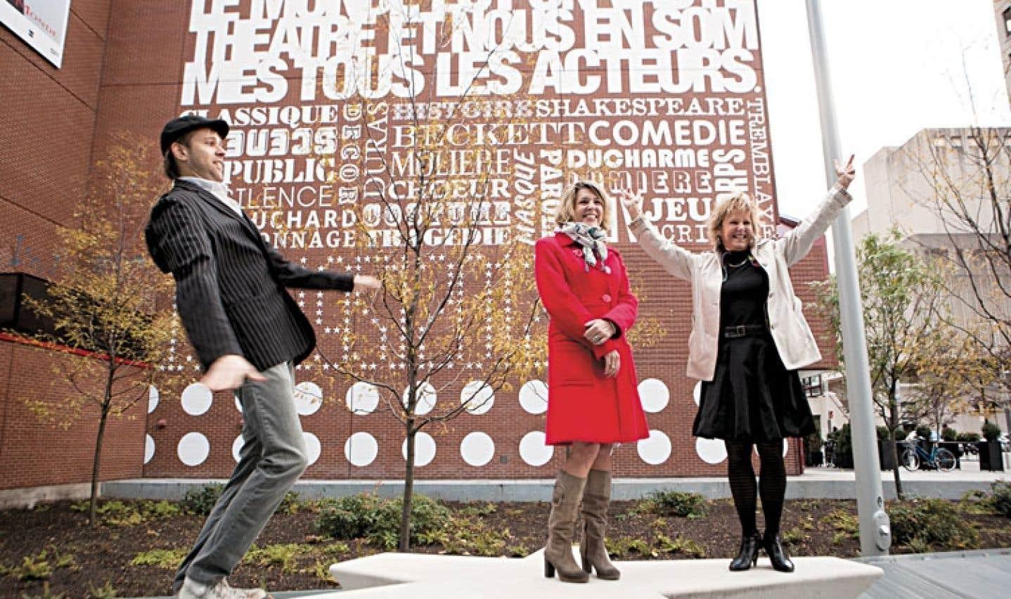 Le rôle d'Hydro-Québec comme propriétaire du TNM prend de l'importance alors que le Quartier des spectacles se revitalise, croit Lorraine Pintal, directrice artistique du théâtre, à droite sur la photo. Elle y inaugurait en octobre 2012, avec l'équipe de création, une murale dans le cadre des 100 ans de l'édifice.