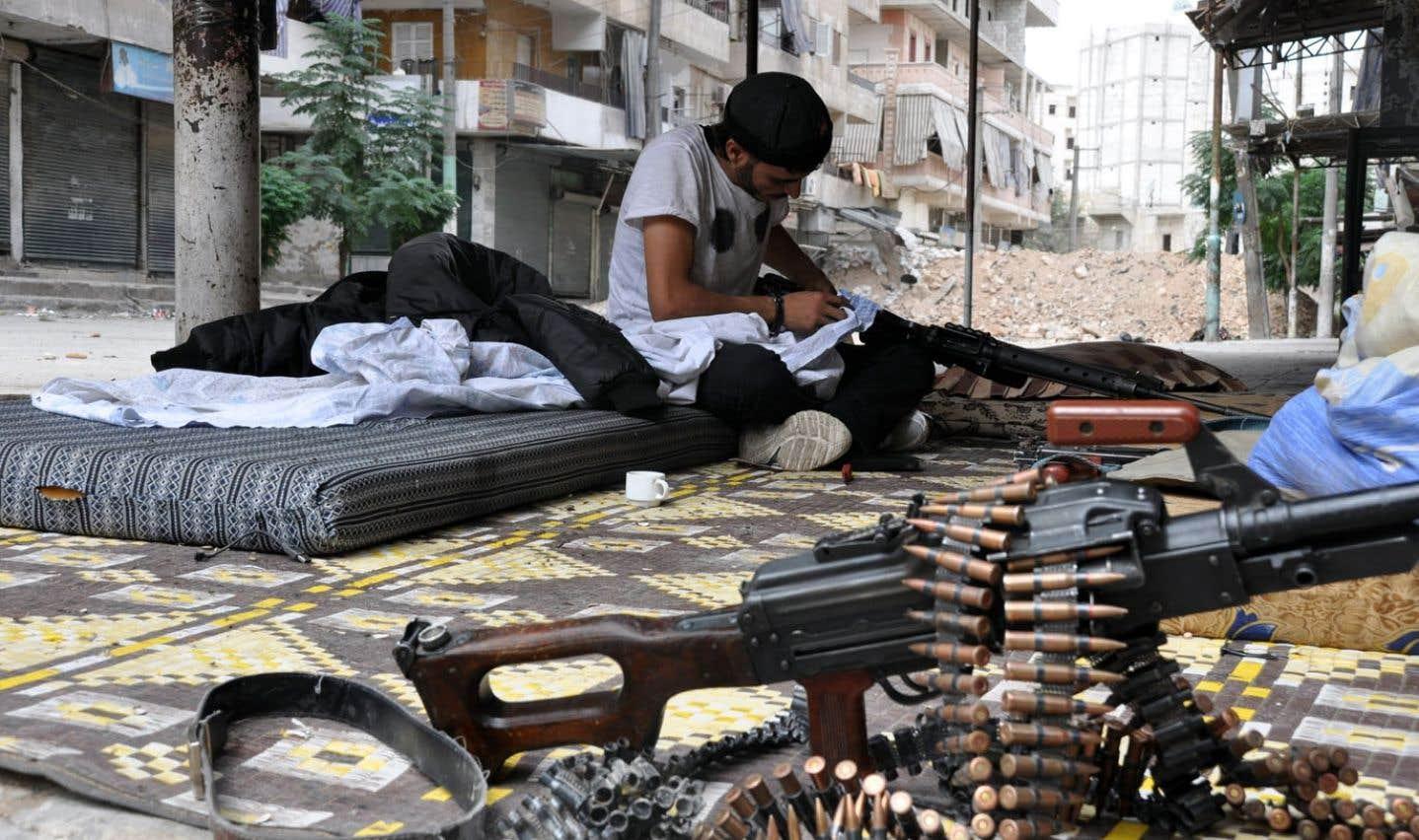 Ce combattant de l'opposition nettoyait son arsenal à Alep vendredi.