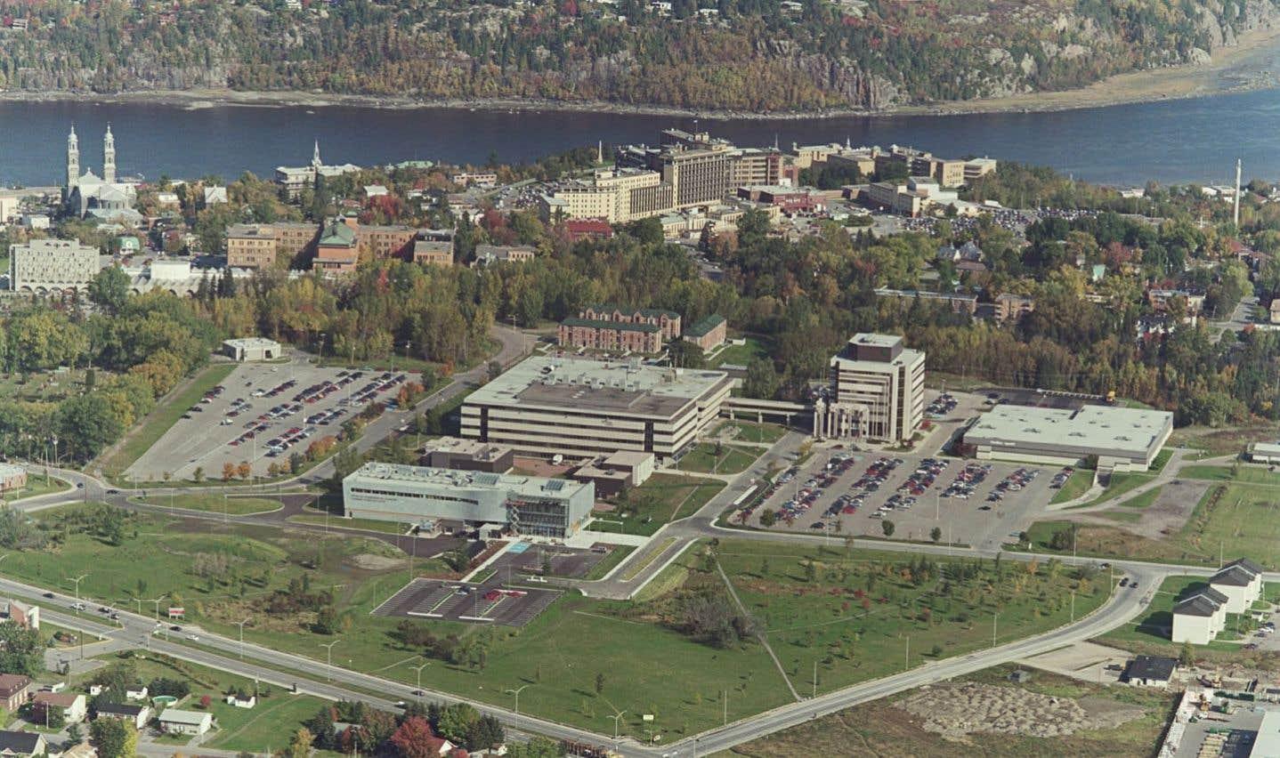 Au début des années 2000, l'Université du Québec à Chicoutimi devient un partenaire important de la bibliothèque numérique fondée par Jean-Marie Tremblay en hébergeant son site au sein d'un portail disponible dans Internet.
