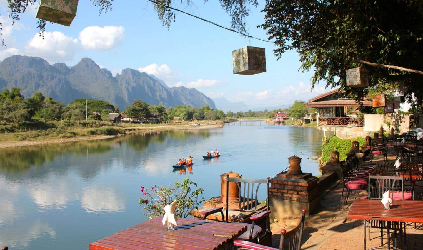 On séjourne à Vang Vieng, au Laos, pour profiter de la nature et faire quelques activités de plein air, le tout bien sobrement.