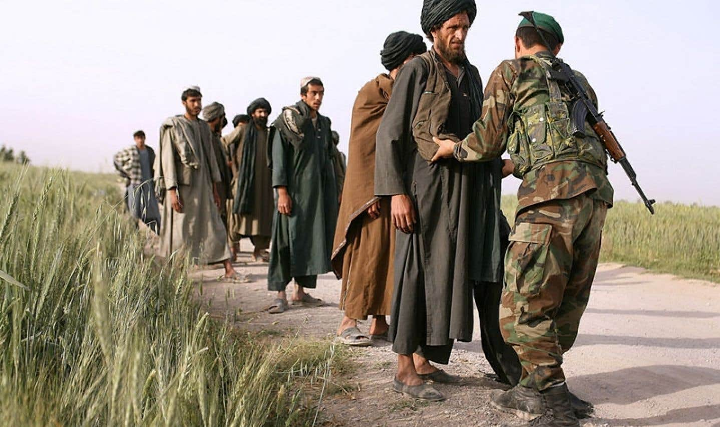 Lors d'une opération soutenue par les forces de coalition en avril 2006, des soldats de l'armée afghane effectuaient des fouilles à un poste de contrôle.