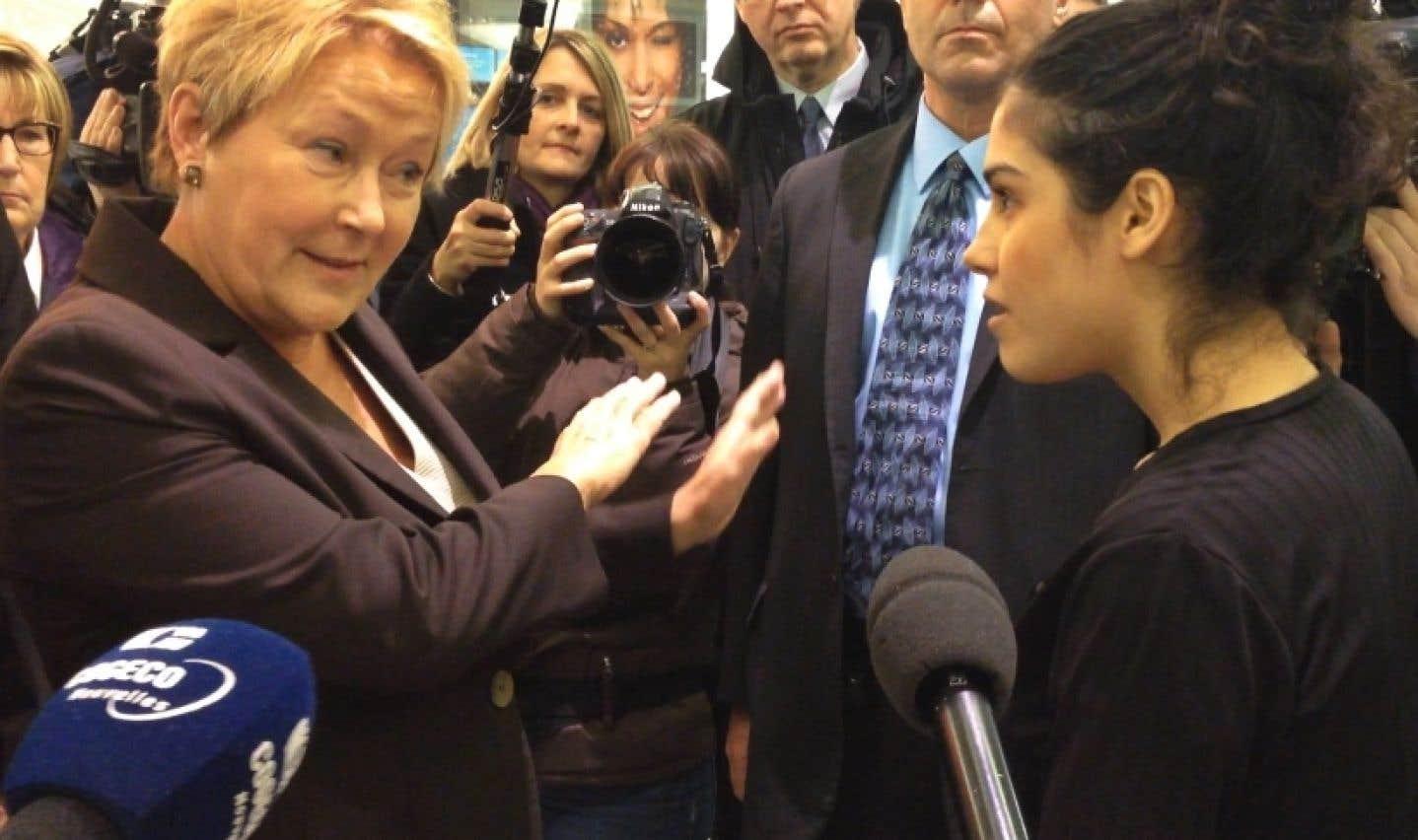 Durant un bain de foule aux Promenades Montarville, Pauline Marois a dû répondre aux questions d'une jeune musulmane sur les propos tenus par Mme Mailloux.