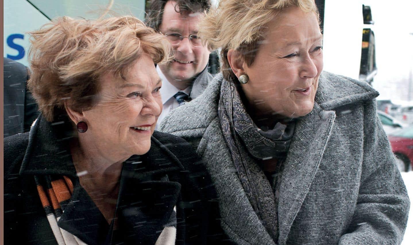 Janette Bertrand et la première ministre Pauline Marois en campagne dimanche à Laval. En arrière-plan, le député sortant de Marie-Victorin, Bernard Drainville.