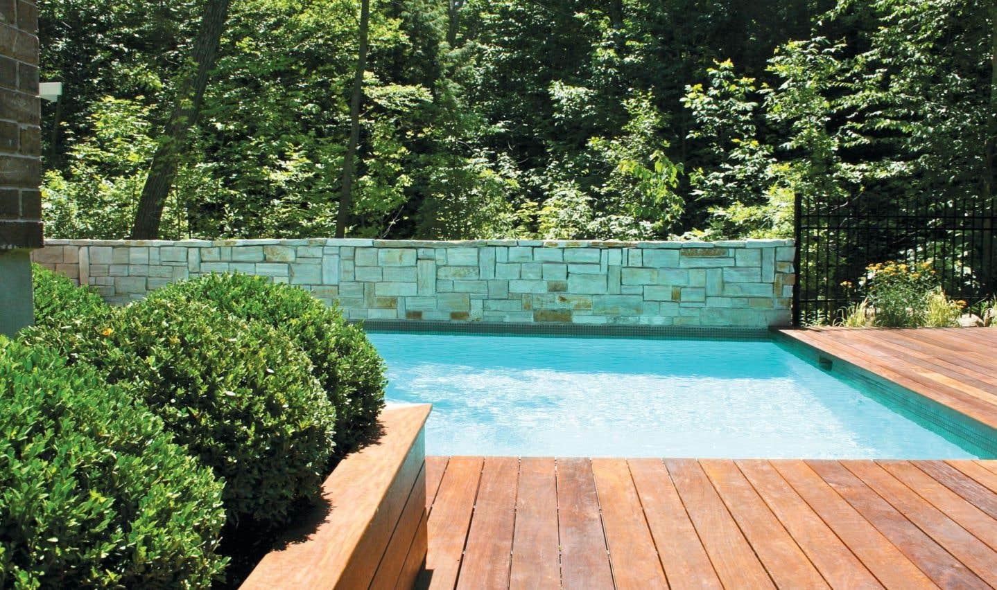 Dans le monde de l'aménagement paysager, la tendance est très forte pour les aménagements contemporains. La piscine est aussi influencée et les clients demandent des bassins de béton peu profonds et aux formes rectangulaires.