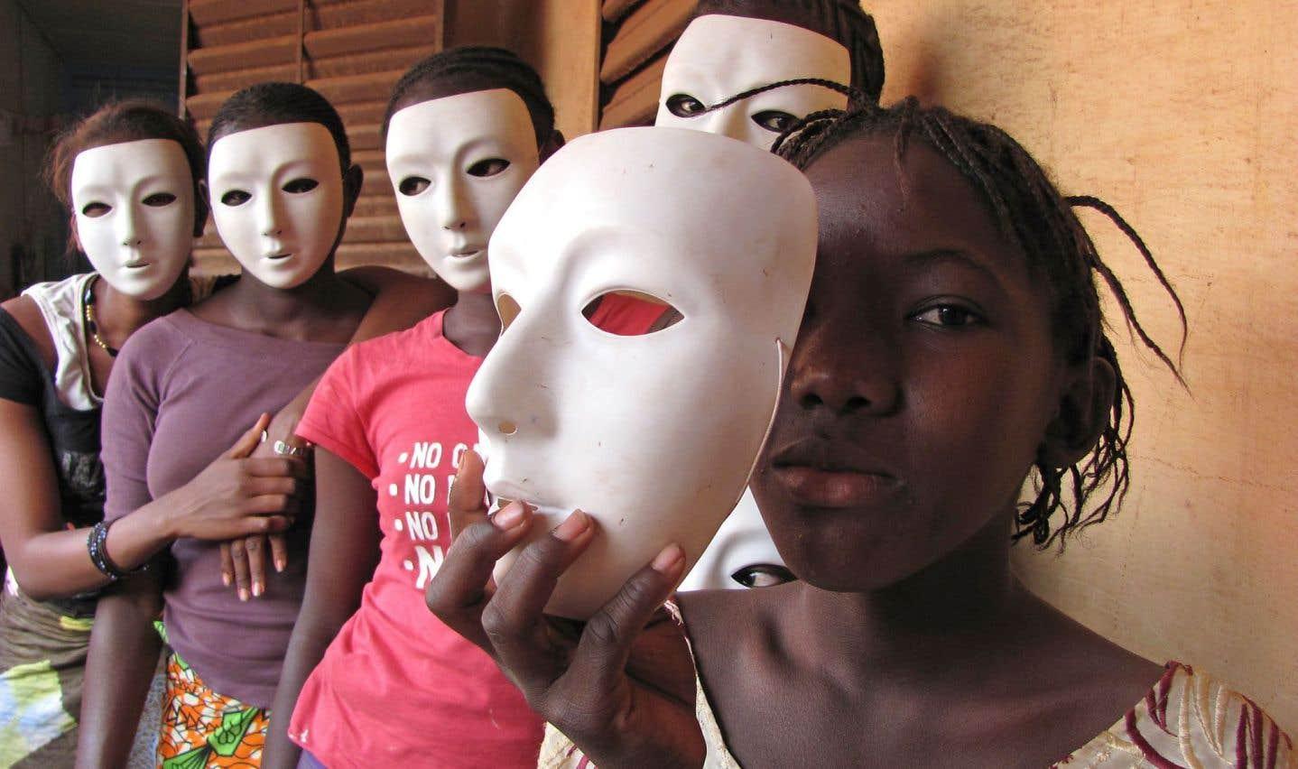 Le théâtre est un des moyens d'éducation utilisés par les organisations non gouvernementales.