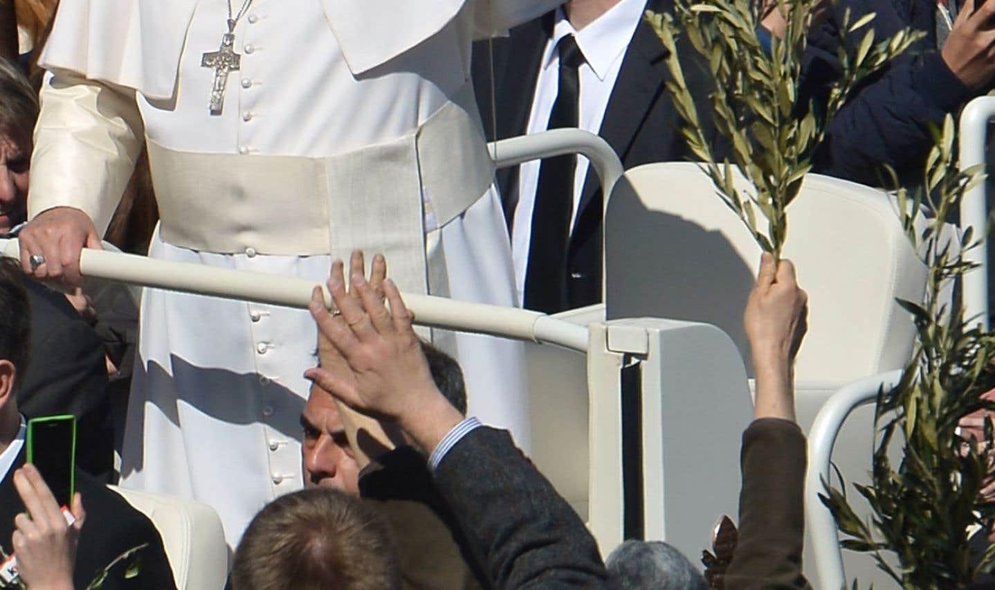 Le pape François salue la foule à la suite de la cérémonie des Rameaux, le dimanche 29mars, sur la place Saint-Pierre de Rome. À peine six mois après son élection, le pape publie un long entretien dans lequel il ouvre notamment la porte aux homosexuels, aux divorcés et aux femmes ayant avorté. Selon lui, l'Église n'a pas à porter un jugement. Les prêtres doivent être accueillants, capables avant tout de «soigner les plaies et réchauffer les cœurs des fidèles», et non ressembler à des fonctionnaires dogmatiques enfermés dans des confessionnaux qui ressemblent parfois à des «salles de torture».