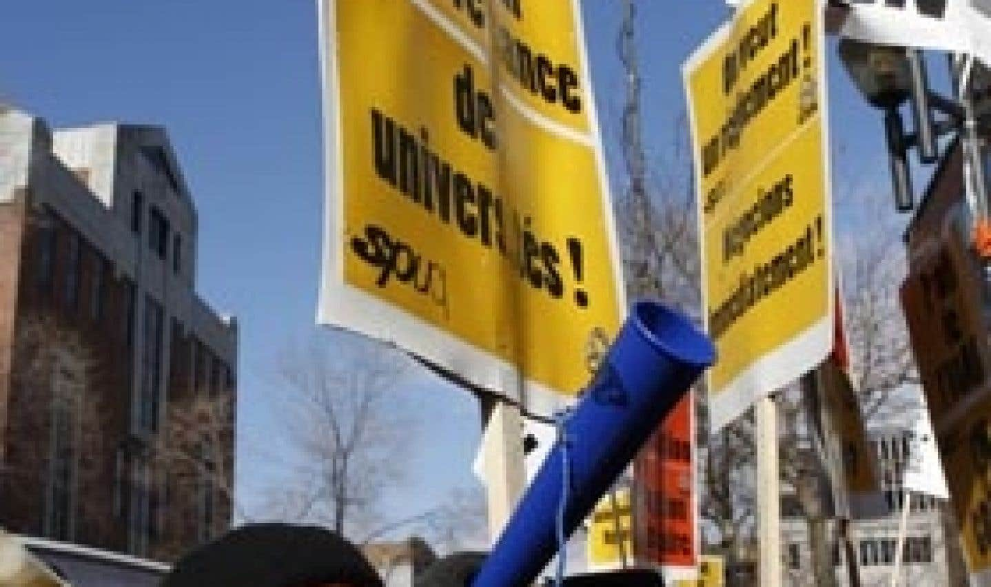 Charest n'exclut pas l'adoption d'une loi spéciale pour régler la grève à l'UQAM