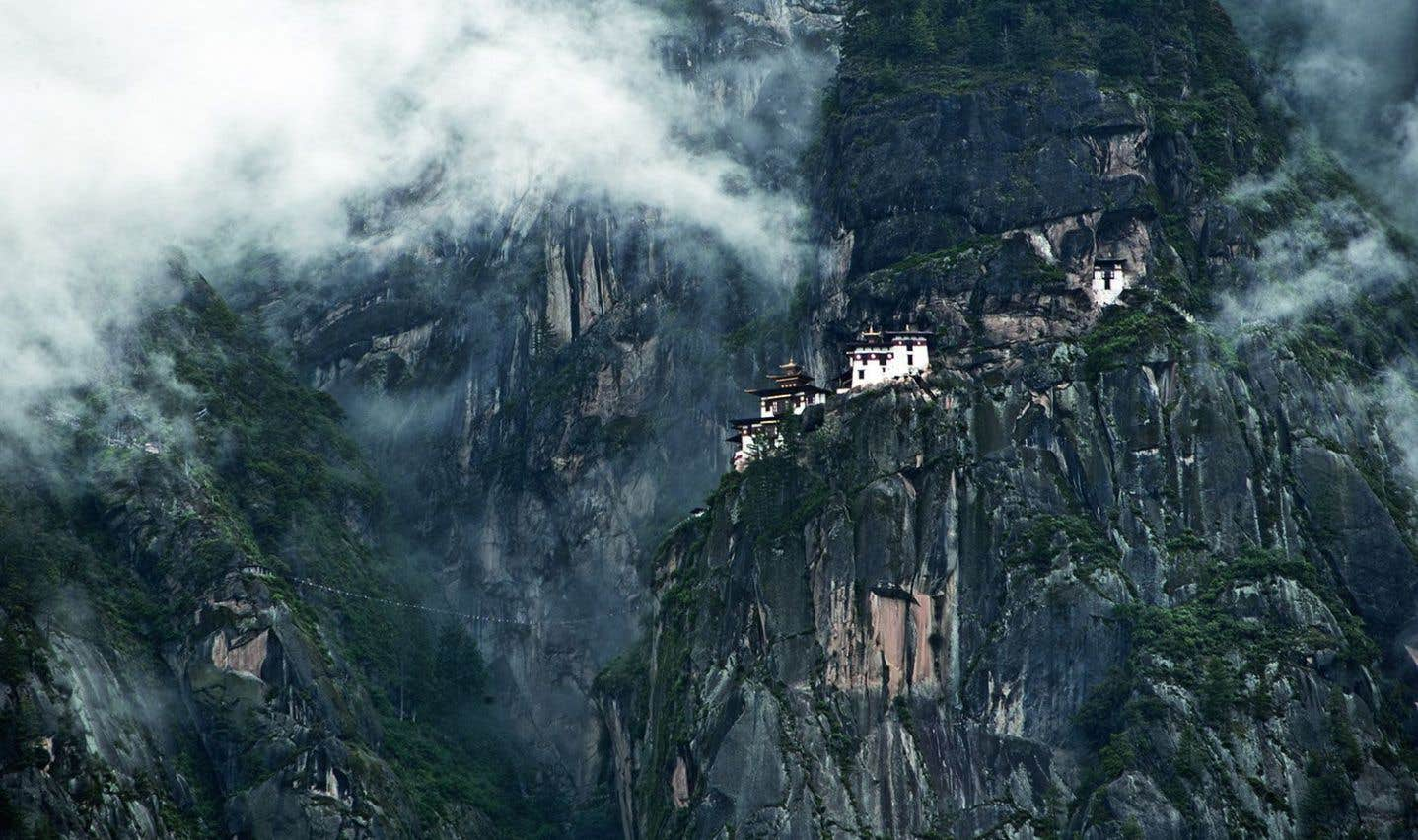 Au Bhoutan, Paro Taktsang (la Tanière du Tigre) est l'un des sites les plus sacrés liés à Padmasambhava. On dit qu'il s'y rendit en volant, à cheval sur une tigresse. Les temples sur la roche à pic ont été construits au XVIIe siècle (2006).