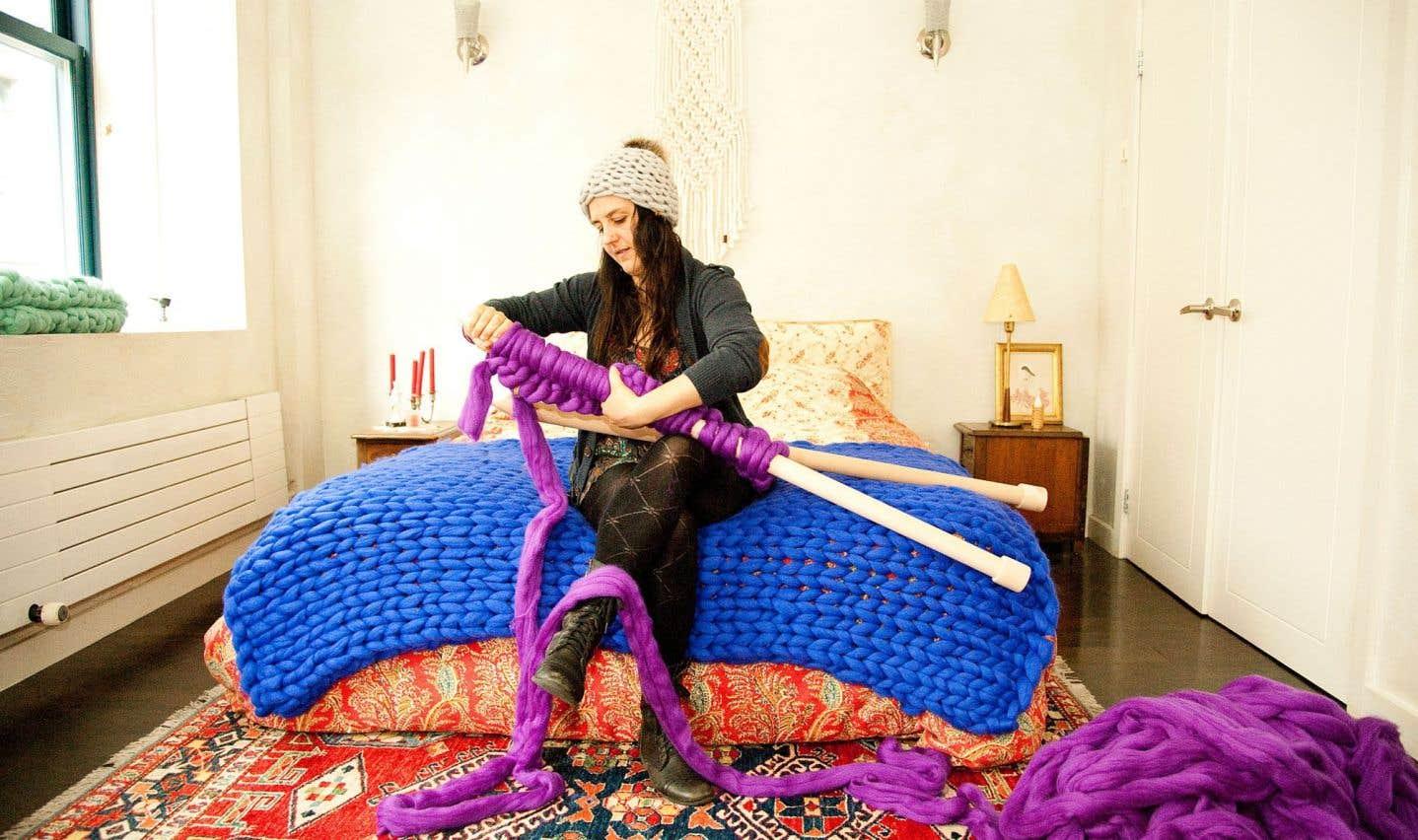 Catherine-A. Lalonde, fondatrice d'Atelier 4920, tricote avec des aiguilles de 48 pouces de long.
