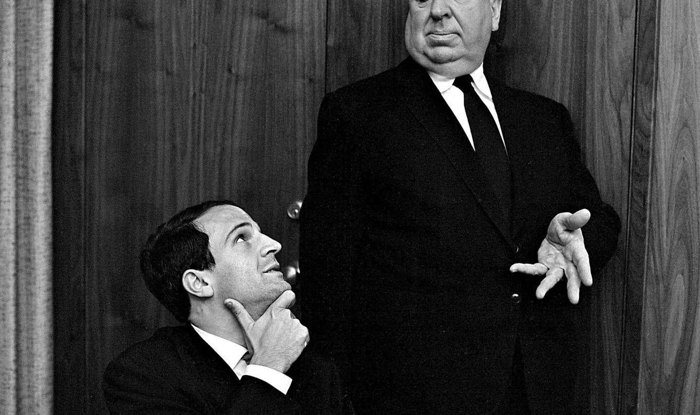 François Truffaut a développé une passion pour l'œuvre d'Alfred Hitchcock, le maître du suspense. Il écrira le livre «Hitchcock/Truffaut» à partir d'une série d'entrevues-fleuves avec le cinéaste américain.