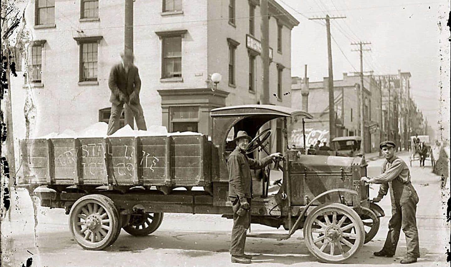 Les marchands de glace sillonnaient les rues des villes en été pour la distribuer. Récoltées dans les cours d'eau pendant l'hiver, les montagnes de glace étaient recouvertes de sciures de bois, parfois de paille aussi, pour les isoler autant que possible en été.