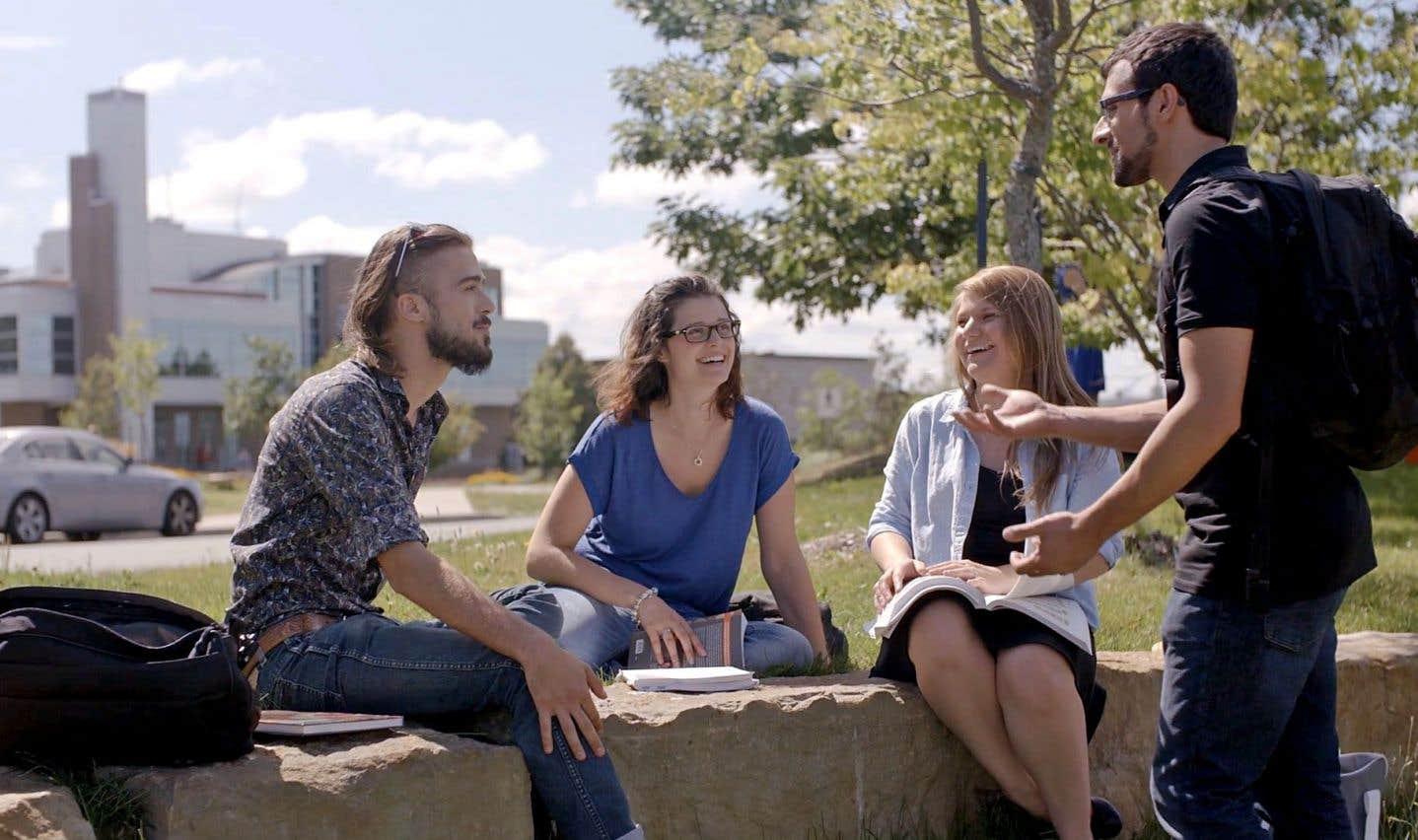 Des étudiants sur le campus principal de l'Université de Sherbrooke, photo tirée de la série vidéo Portraits de l'UdeS