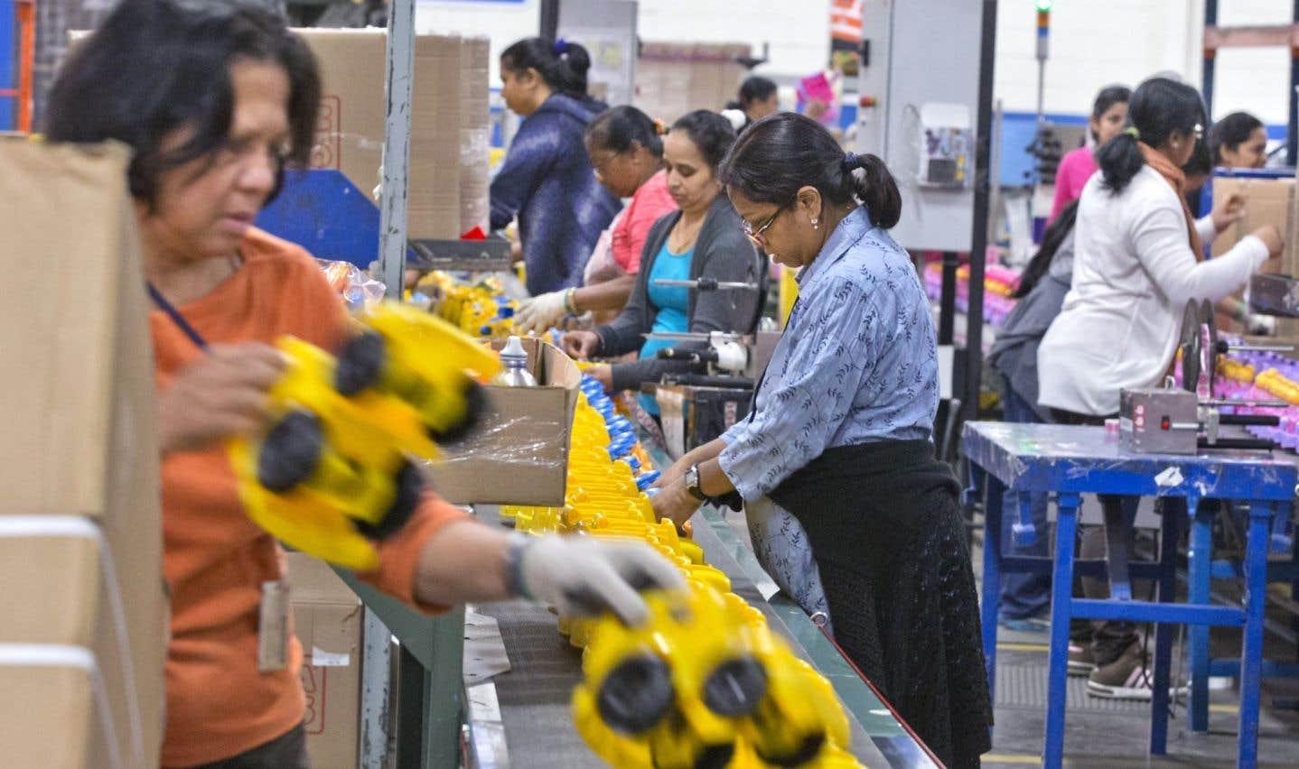 Les usines veulent embaucher des immigrants qui ne connaissent pas le français