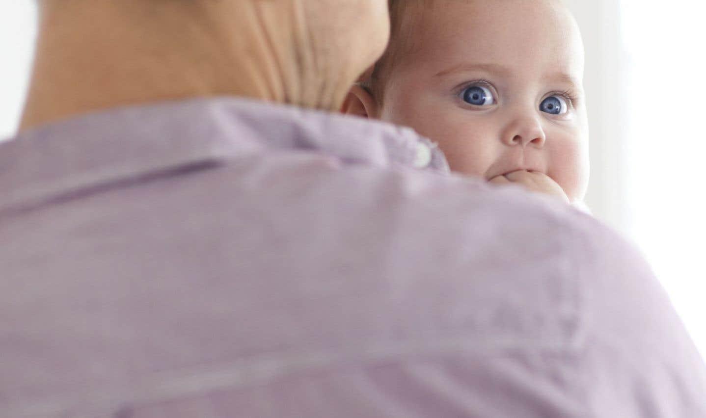 Un congé de paternité pourrait voir le jour au fédéral