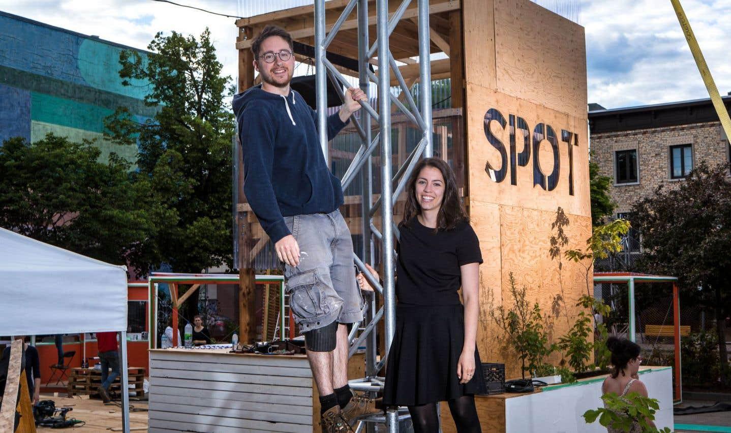 Kevin Mark et Jasmine Maheu Moisan, coordonnateurs du SPOT à Québec, une place publique hyperdesign qui vit de façon temporaire pendant l'été et dont le lancement avait lieu vendredi soir.