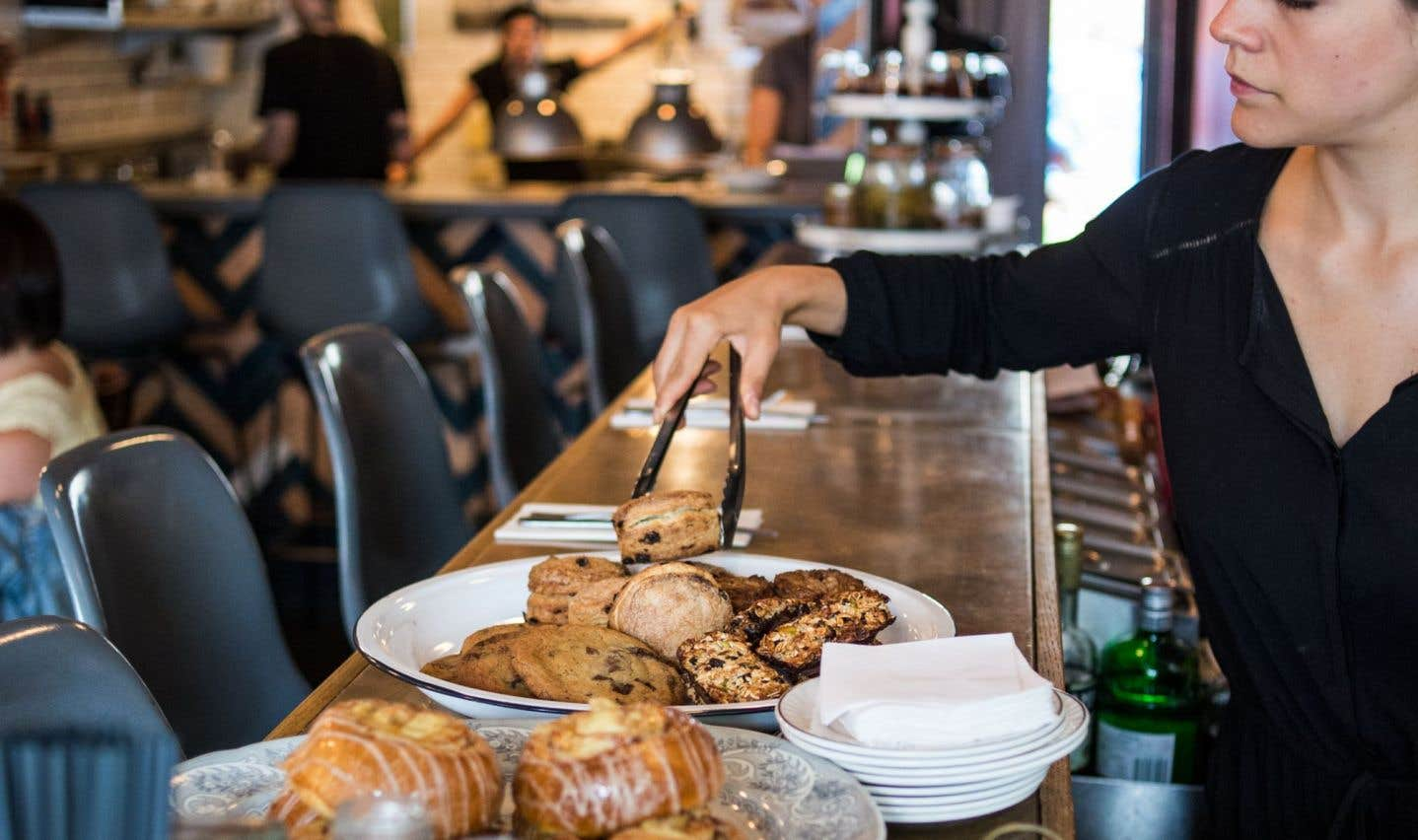 Les assiettes ont beau être petites et les portions aussi, évidemment, on sort rarement affamé de ce minuscule local qui abrite le restaurant montréalais Larry's.