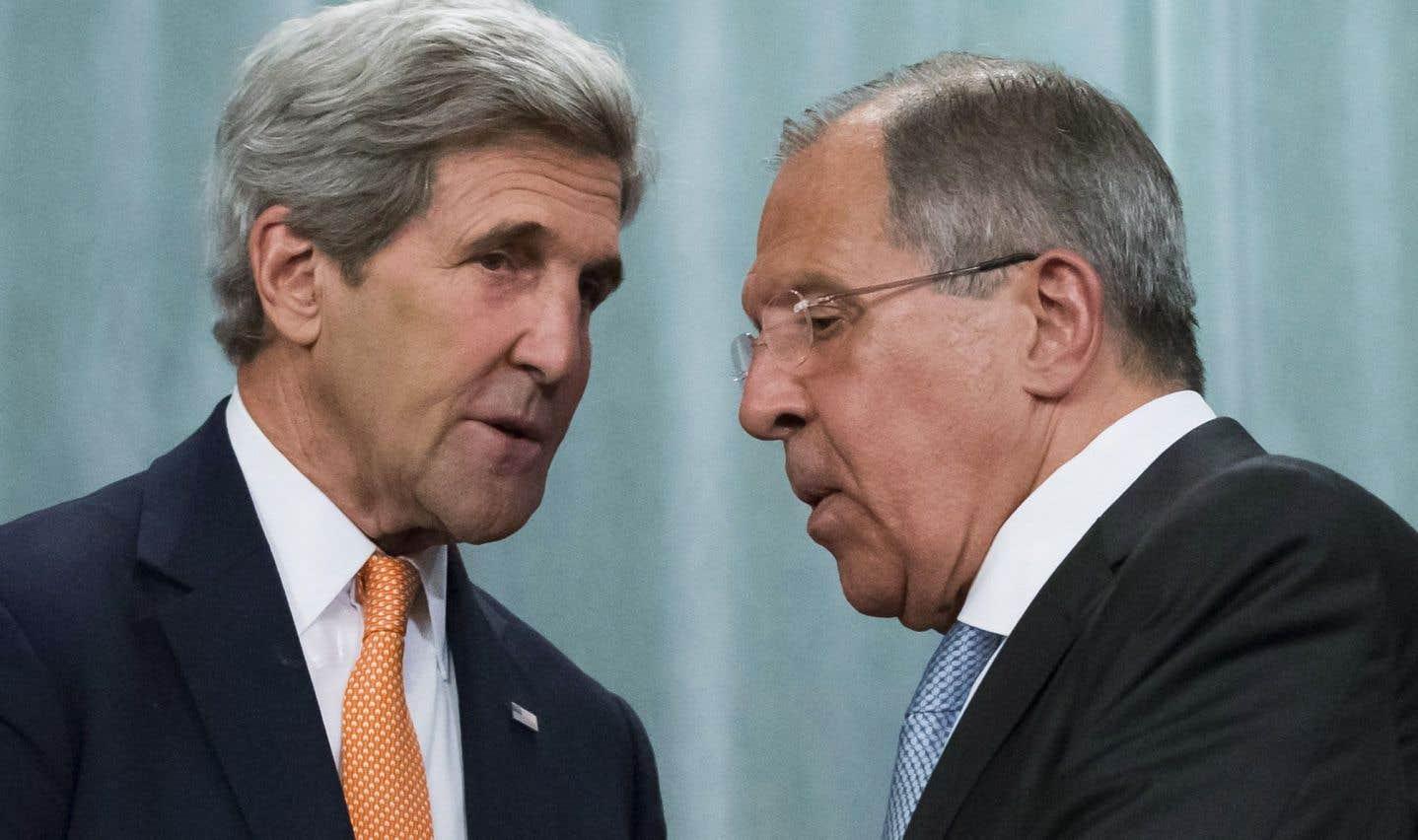 Le ministre des Affaires étrangères de Russie, Sergei Lavrov (à droite), et son homologue américain, John Kerry