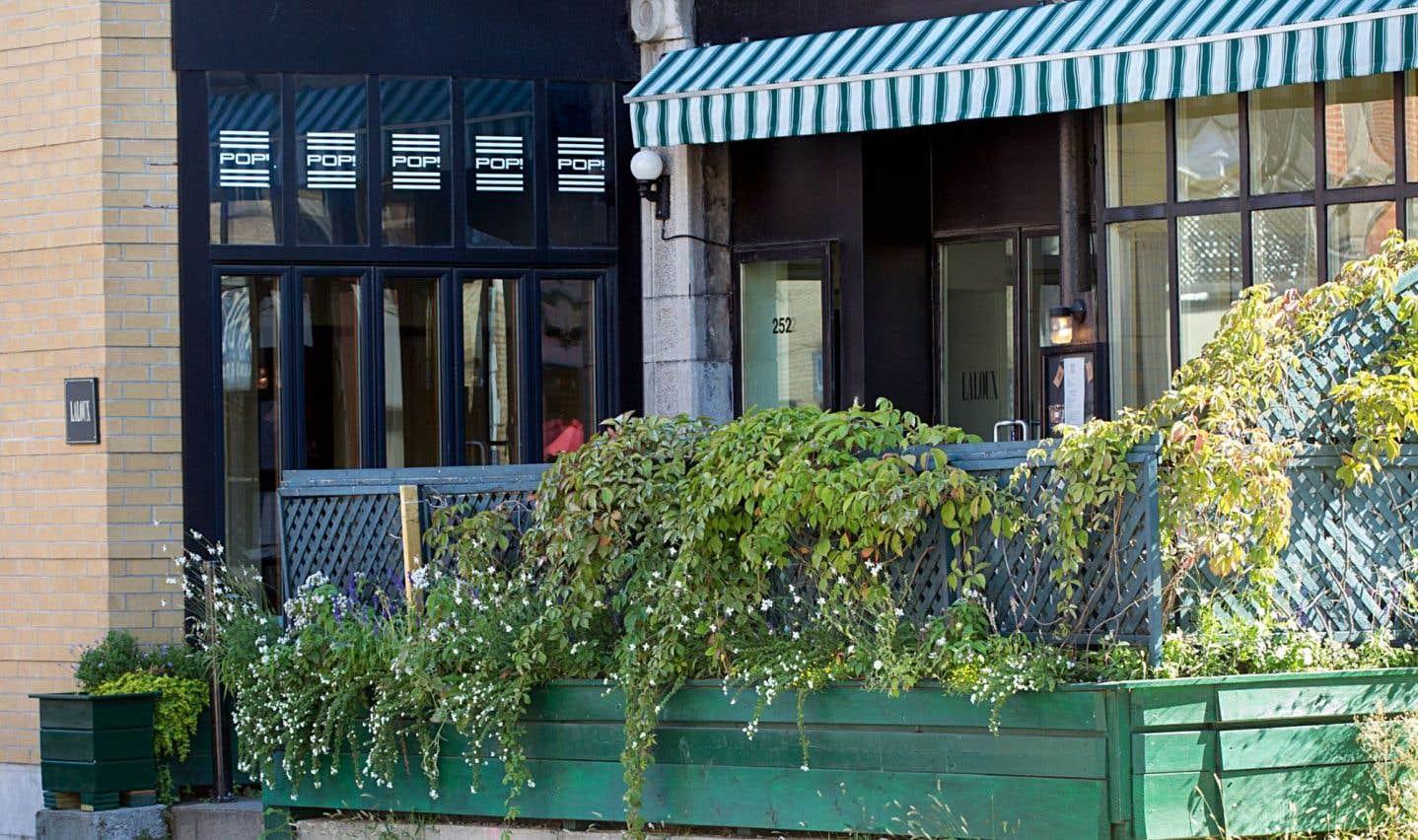 Laloux est une des maisons que l'auteur préfère à Montréal, cette salle créée par feu Luc Laporte qui possède quelque chose de magique et où sont passées quelques belles toques : « Devoir y subir à intervalles réguliers d'insupportables affronts culinaires est désolant. »