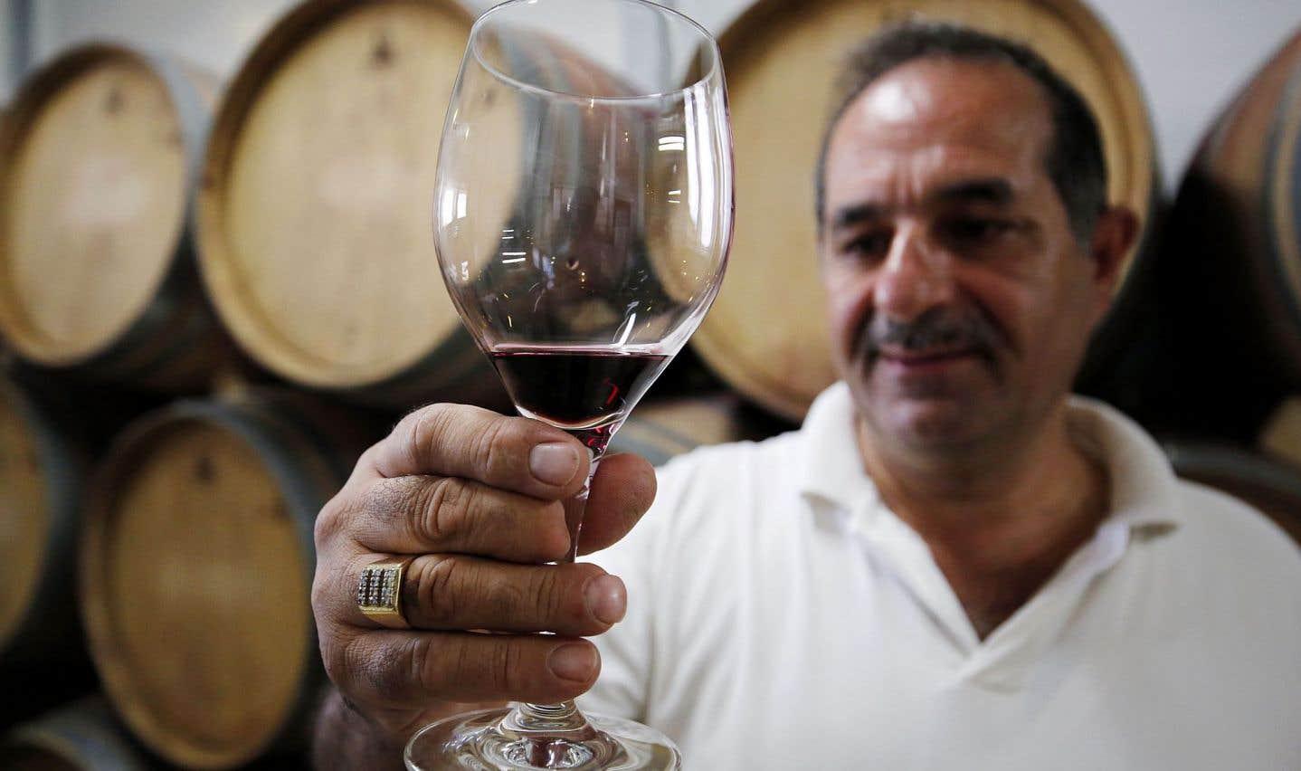 Nadim Khoury présente fièrement le résultat de son travail vinicole.