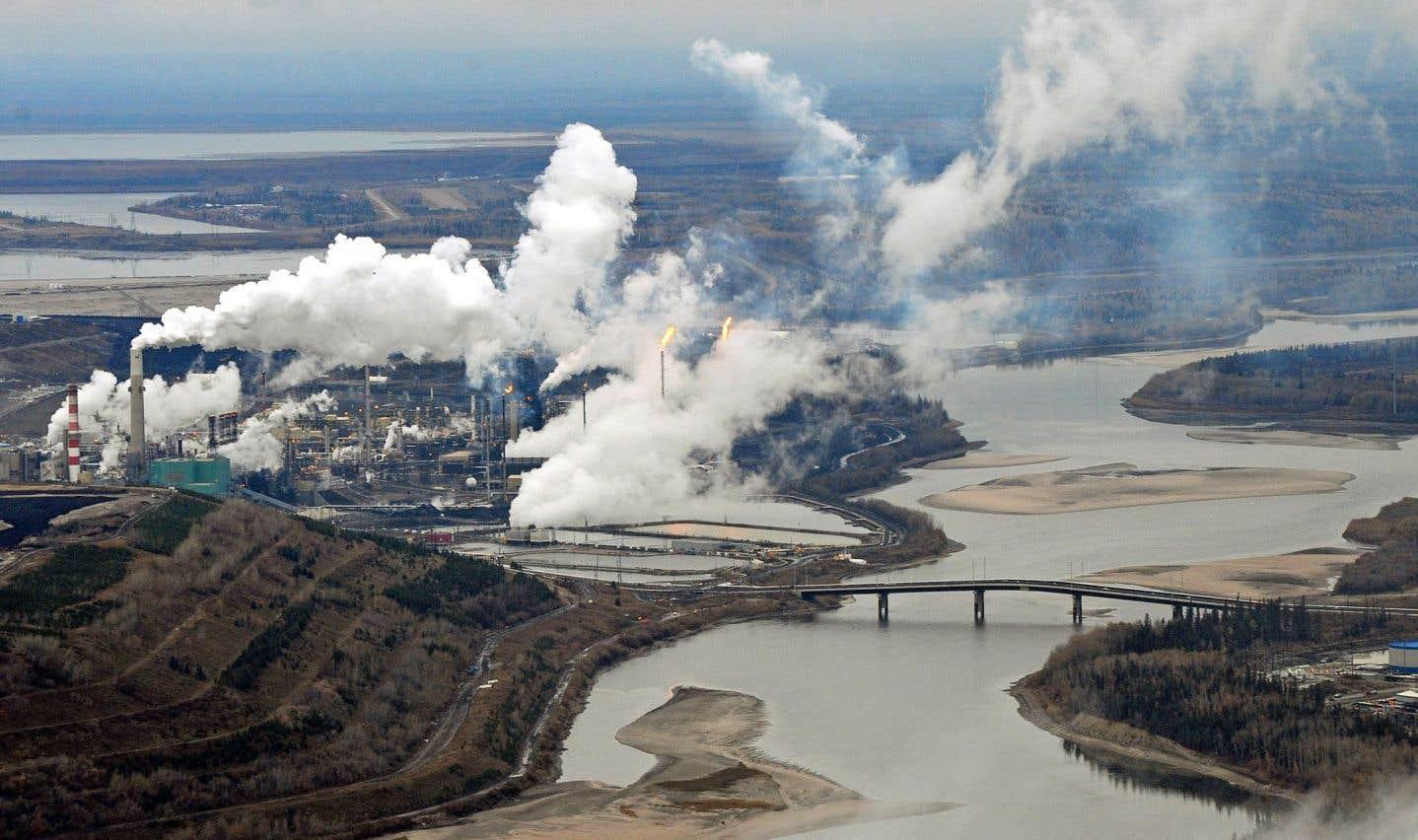 Un site d'extraction de sables bitumineux sur les rives de la rivière Athabasca près de Fort McMurray en Alberta