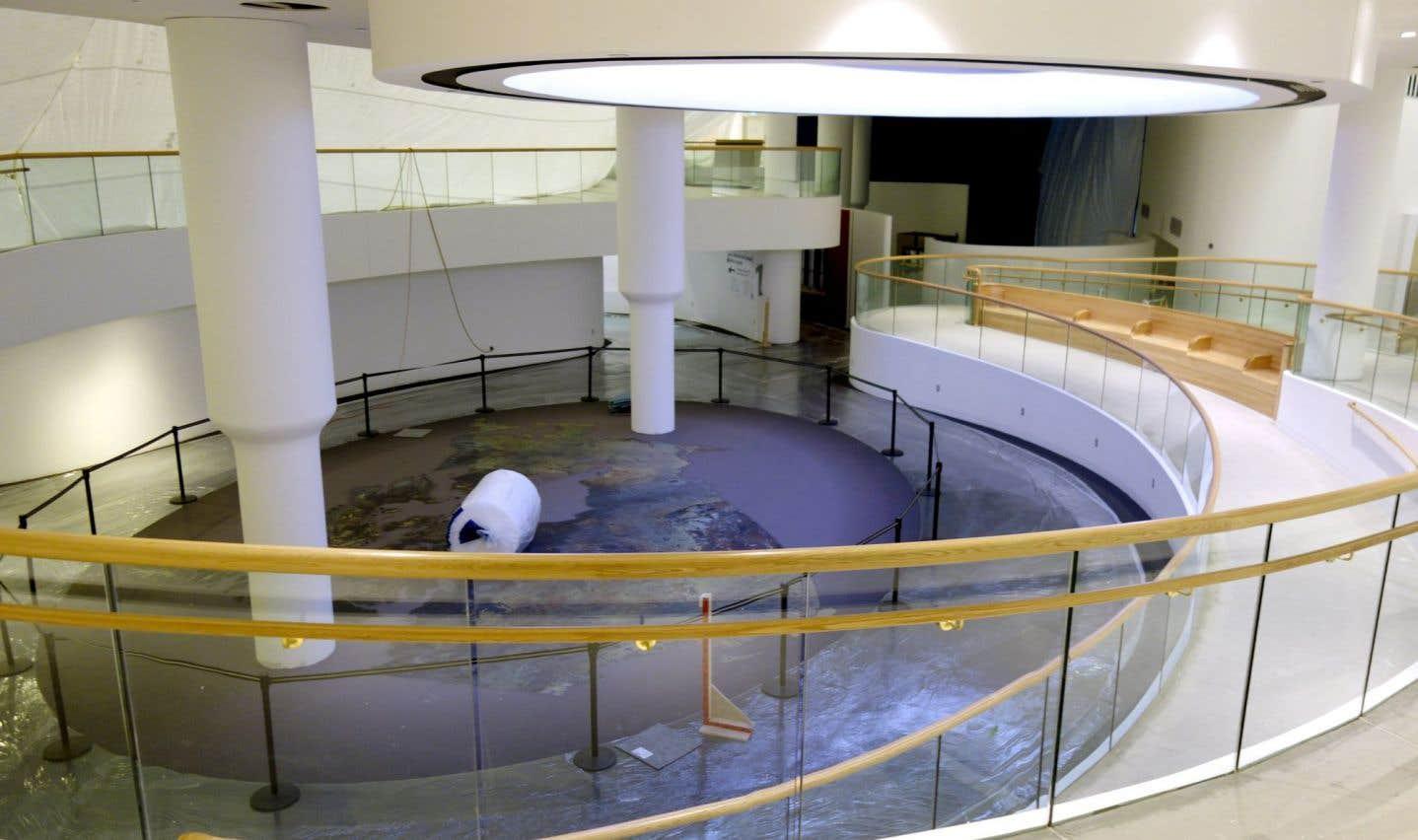 Vue du carrefour, qui se situe au centre de la Salle et qui donne accès aux trois galeries. Il sert aussi de point de départ ou de lieu de rencontre pendant la visite de la Salle.
