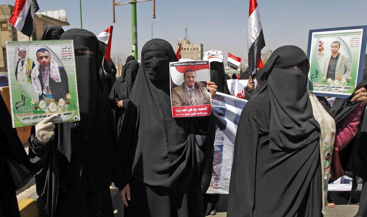Des personnes ont manifesté mardi à Sanaa lors de la visite du médiateur de l'ONU. Certaines arboraient des photos de victimes du carnage du 8octobre à Sanaa.