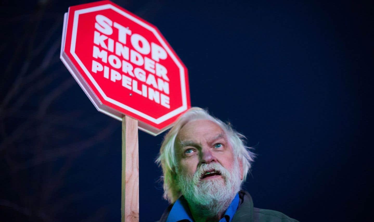 Un homme manifestait son désaccord après l'annonce de l'augmentation de la capacité de l'oléoduc Trans Mountain, mardi à Vancouver.