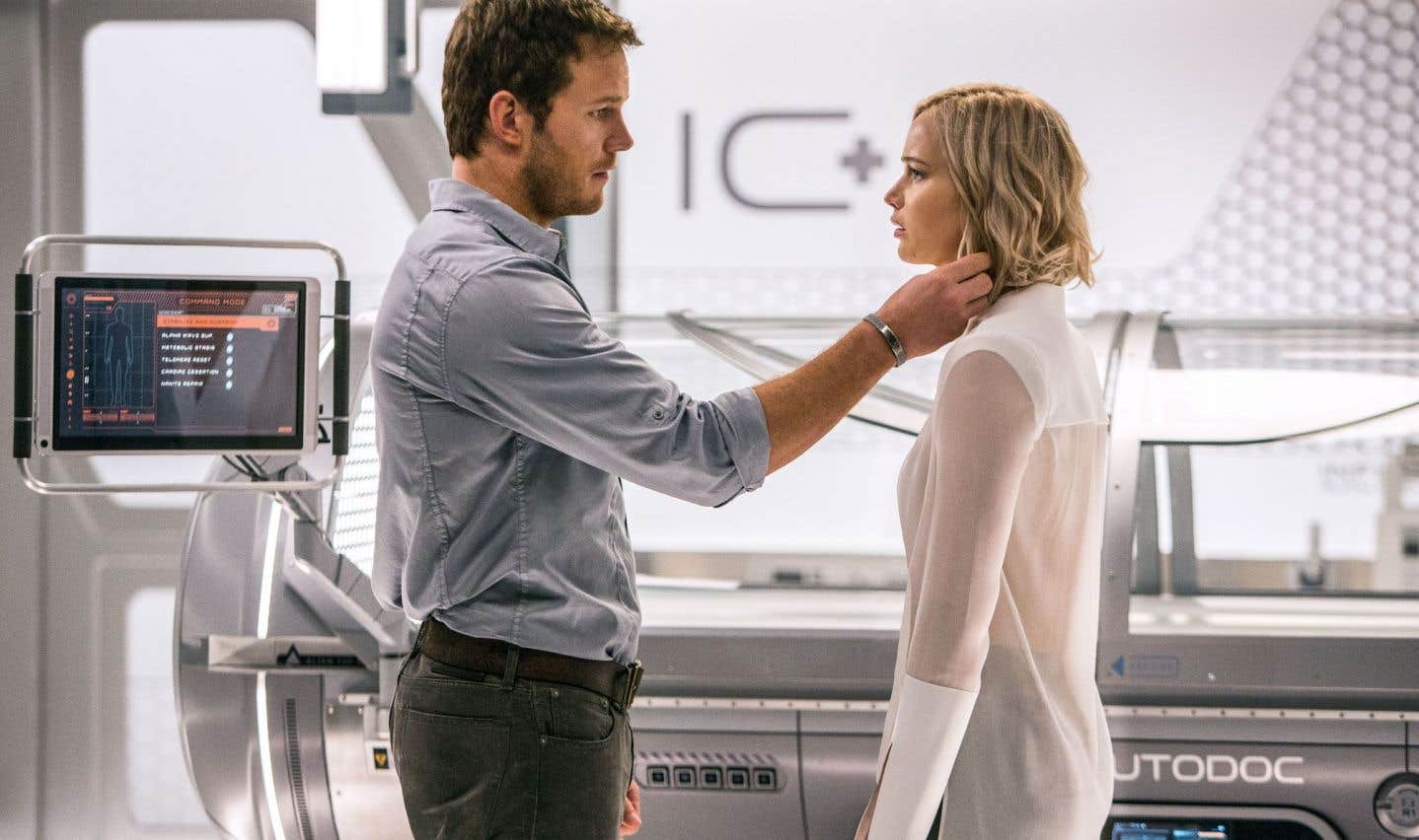 Un soir de déprime, Jim (Chris Pratt) tombe sur sa Belle au bois dormant: Aurora (Jennifer Lawrence).