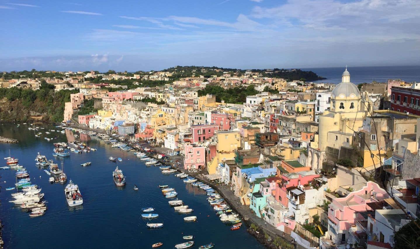 La minuscule Procida est blottie dans la baie de Naples, à l'écart de ses plus célèbres voisines, Ischia, et surtout Capri, la «bling-bling».