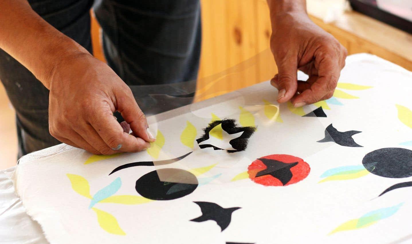 Tapiskwan a développé des ateliers de création en se basant sur de nouvelles matières premières, dont le textile, visant à faire des produits abordables, mais authentiques.
