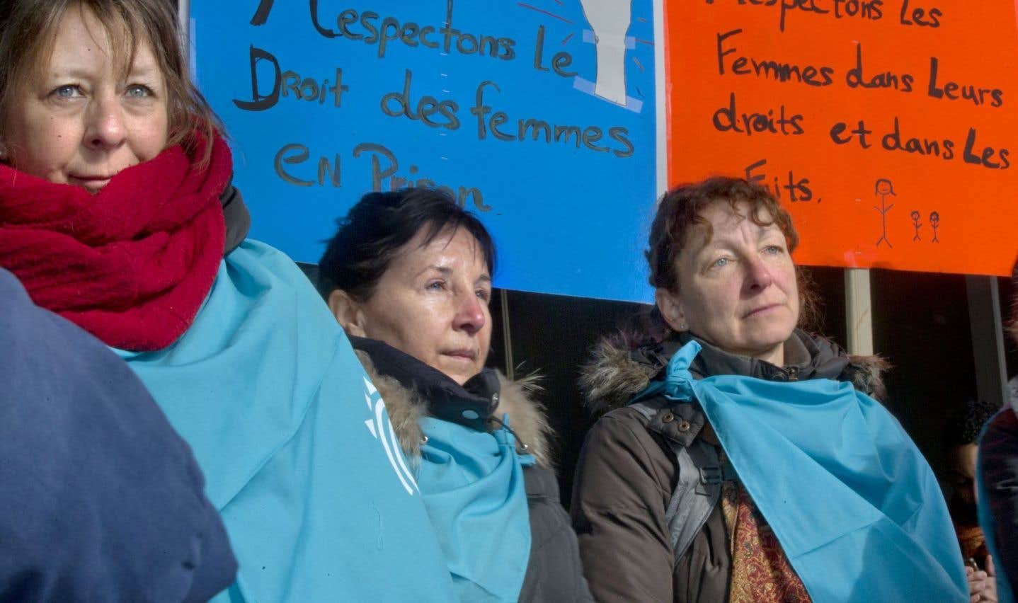 Une vingtaine de militantes ont tenu un point de presse devant le palais de justice de Montréal, jeudi, pour inciter le ministre de la Sécurité publique, Martin Coiteux, à trouver au plus vite une solution à la détention des femmes à Montréal.