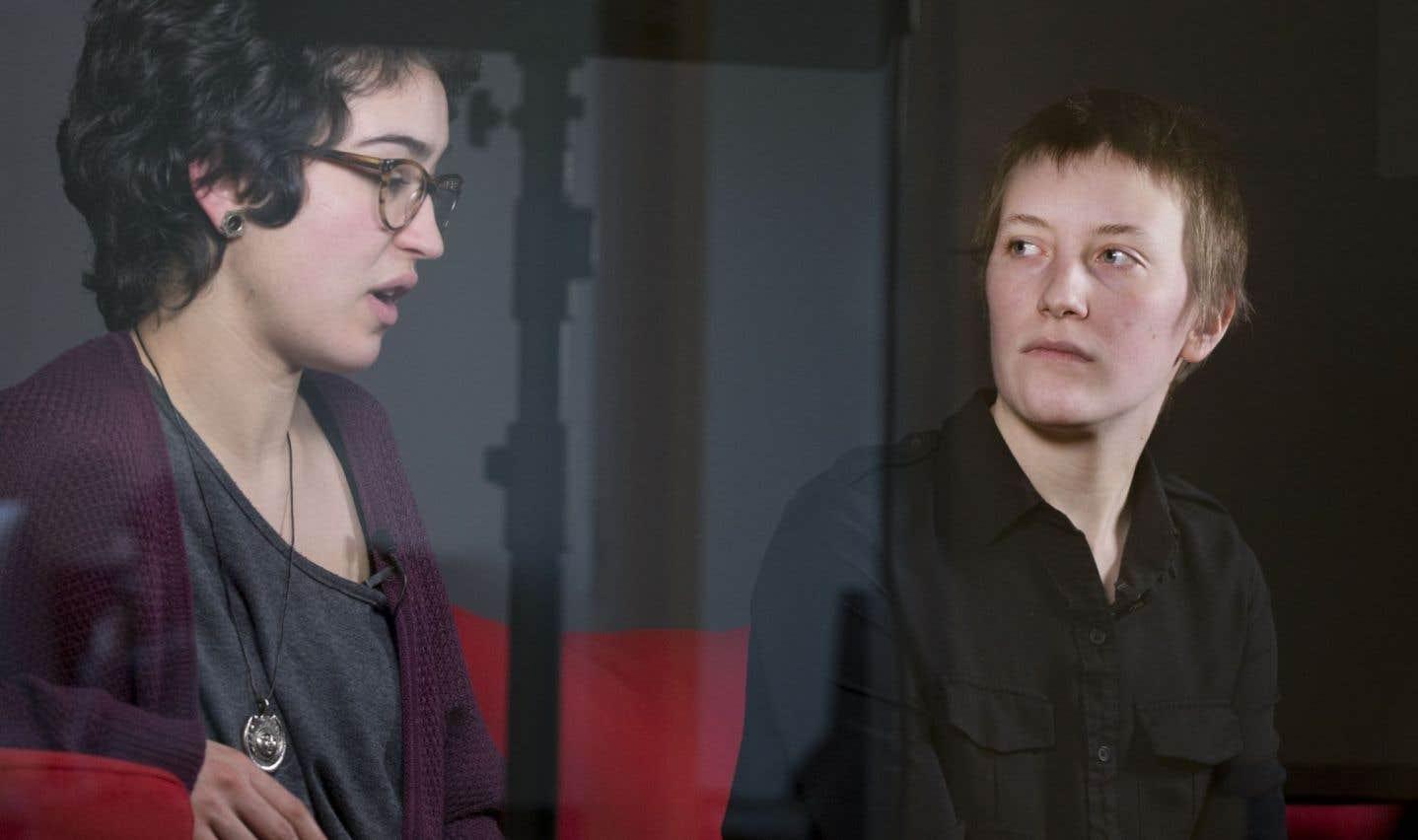 Jasmine Léger et José-Frédérique Biron, du comité Femme à l'Association pour une solidarité syndicale étudiante (ASSE), dénoncent le fait que les ressources d'aide existantes «sont pratiquement toutes rendues inaccessibles, qu'il y a des mois et des mois d'attente».