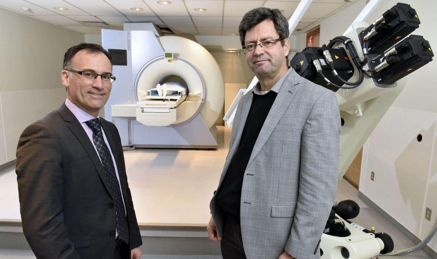 Sylvain Martel (à droite), professeur titulaire au Département de génie informatique et génie logiciel de Polytechnique Montréal et directeur du Laboratoire de NanoRobotique, en compagnie de Carl-Éric Aubin, à la tête de l'institut TransMedTech de Montréal (MT2).