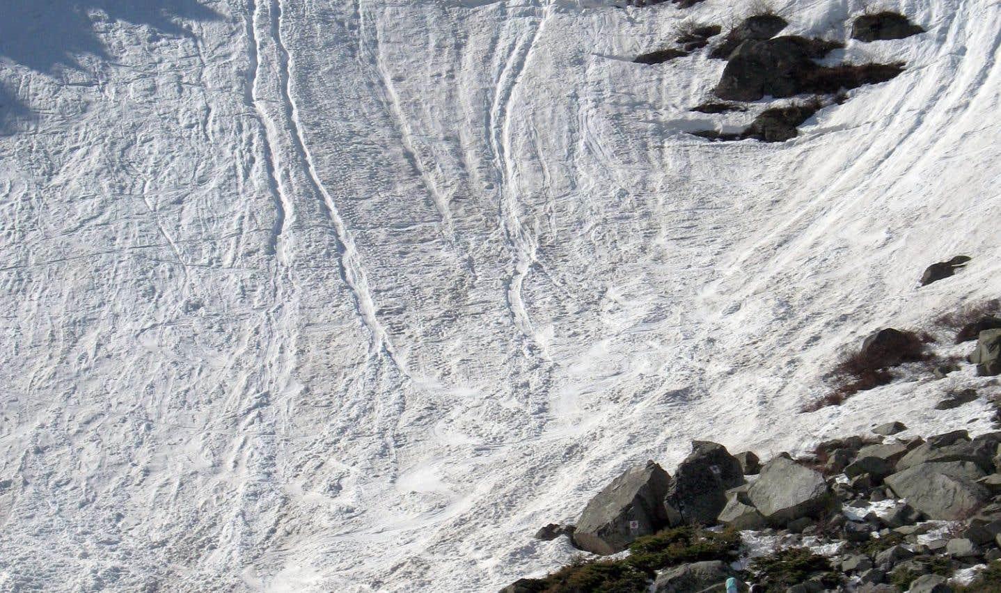 Les «pistes», simplement délimitées par d'énormes rochers, sont toutes très raides et peuvent devenir extrêmement rapides quand la neige est de type gros sel, un moins quand on a affaire à de la «purée de pommes de terre».