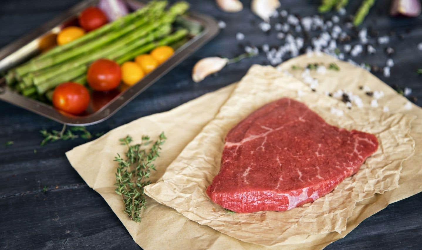 Le régime paléo met de l'avant les denrées fraîches comme la viande, le poisson, les fruits, les légumes, les graines et les racines.