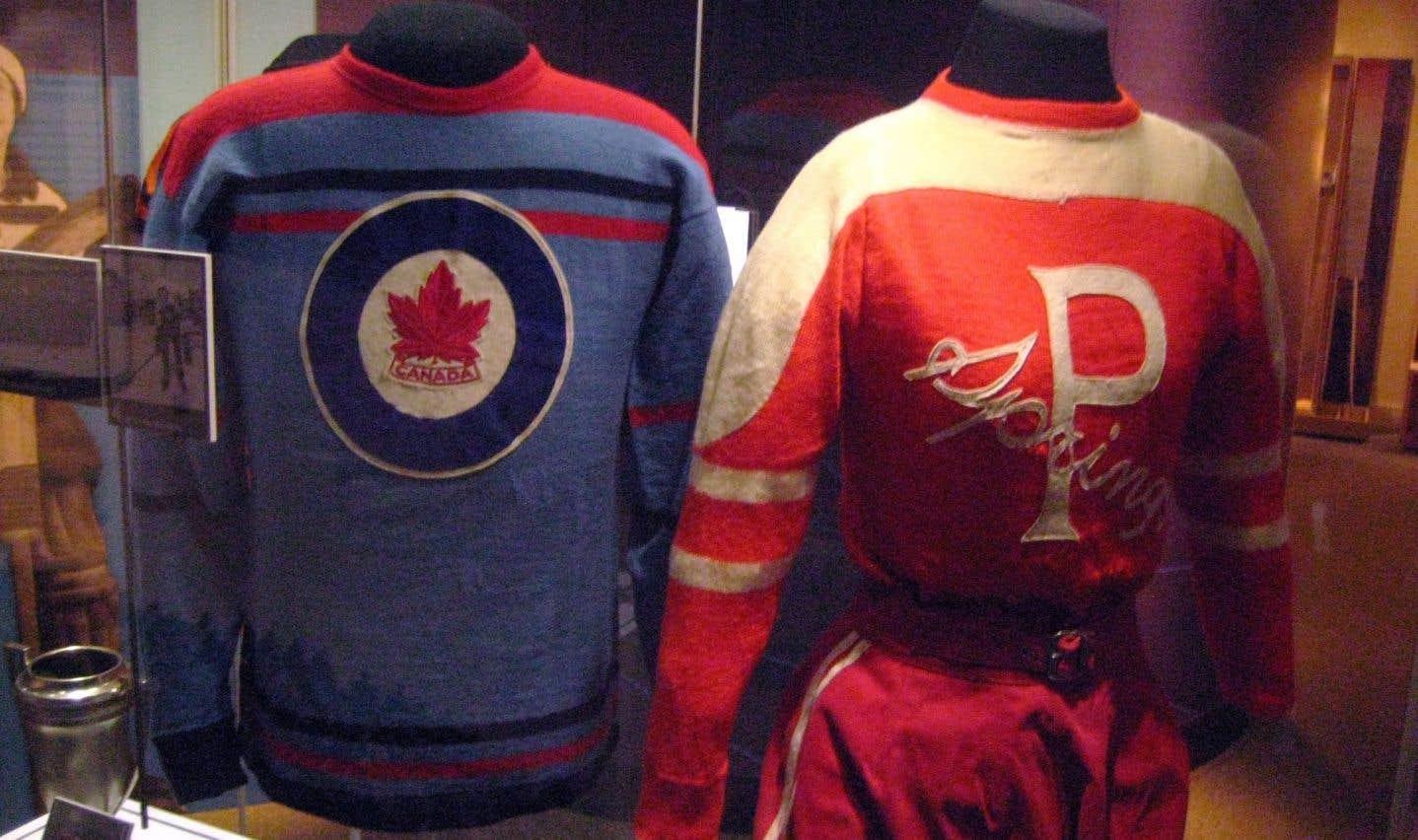 Vue du chandail des Flyers de l'Aviation royale canadienne (gauche), qui ont représenté le Canada lors des Jeux olympiques de Saint-Moritz, en Suisse, en 1948, et de l'équipement complet d'Hilda Ramscombe (droite), joueuse de l'équipe féminine de hockey de Preston dans les années 1930.