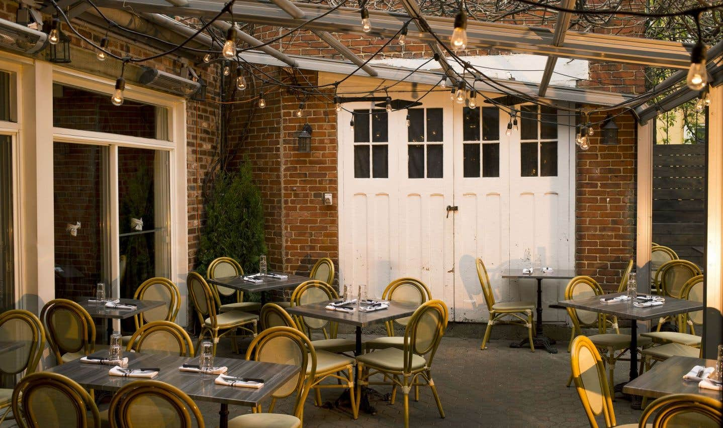 Les nouveaux propriétaires du resto Les fillettes, dans Outremont, ont bien fait de ne pas toucher à sa jolie terrasse arrière.