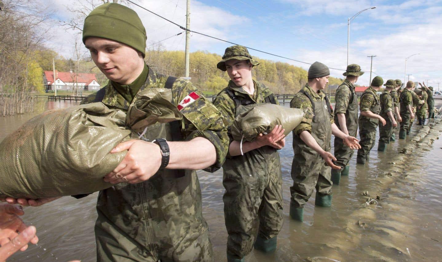 Les militaires de la base de Valcartier ont construit des digues pour limiter les dégâts des crues printanières, notamment le 9 mai à Saint-André-d'Argenteuil.