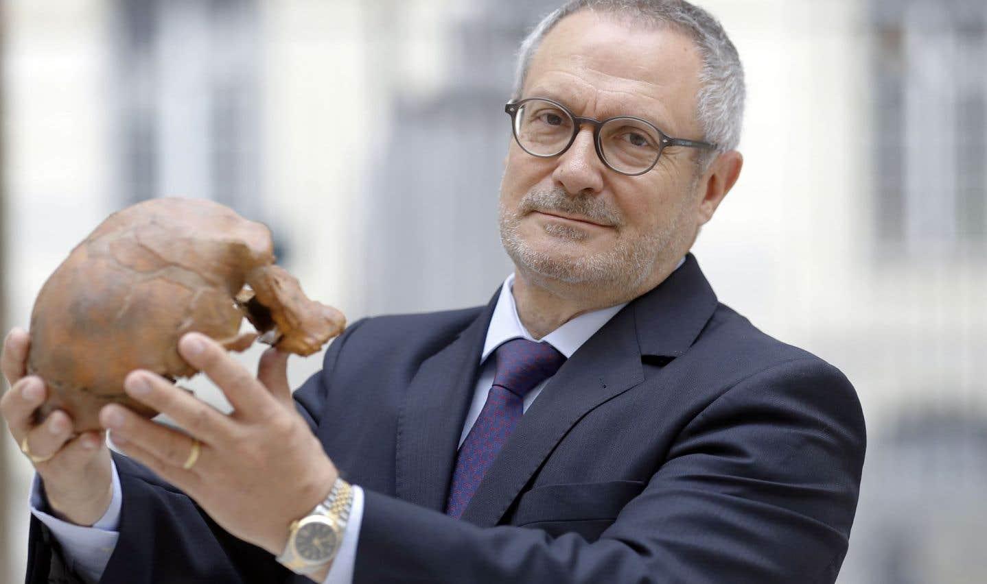 Le professeur français Jean-Jacques Hublin exhibe la reproduction d'un crâne découvert au Maroc.
