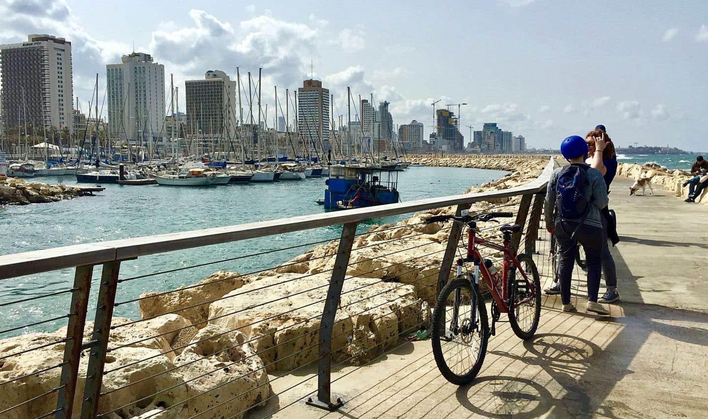 On roule sur la jetée de la marina de Tel-Aviv