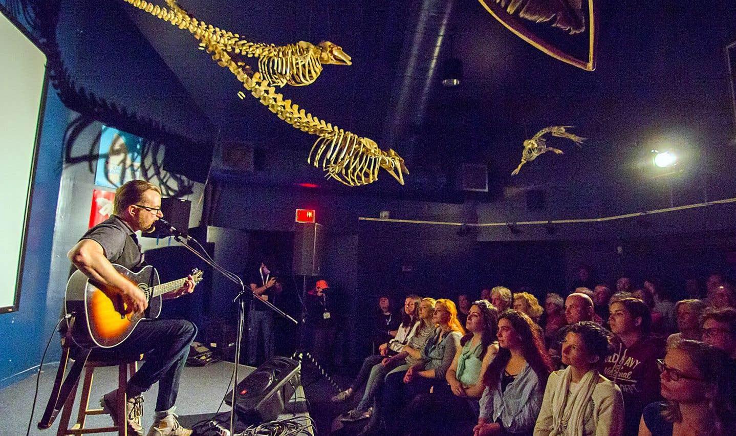 Luc De Larochellière a présenté un spectacle-surprise, seul à la guitare, sous les squelettes de bélugas.
