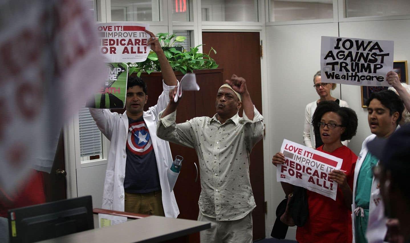 Des militants protestent contre le plan républicain d'abrogation et de remplacement d'Obamacare dans le bureau du sénateur Chuck Grassley, à Washington.