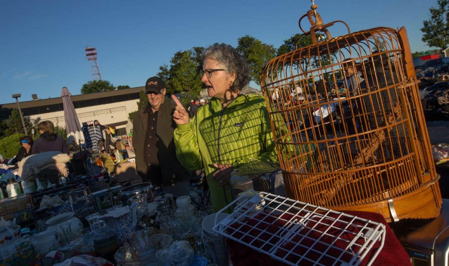 Pauline Simard derrière sa cage à oiseaux