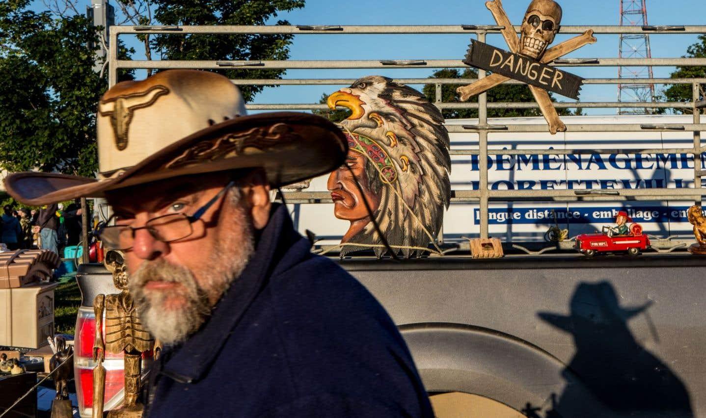Acheteur potentiel près du camion de Mario Villeneuve