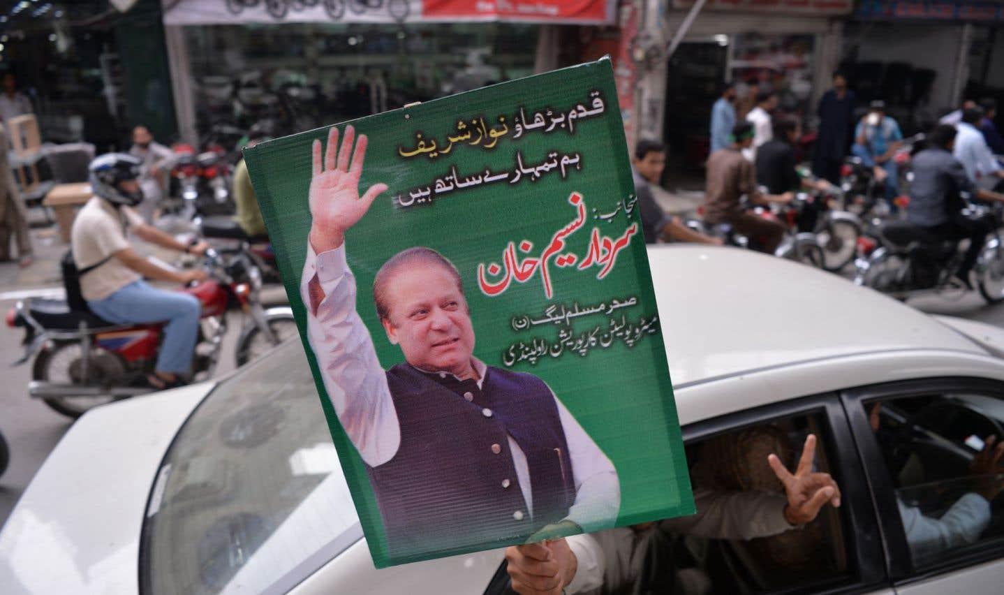 Le premier ministre Nawaz Sharif, destitué par la Cour suprême pour corruption, a passé le relais à son frère Shahbaz, qui devrait selon toute probabilité lui succéder à la tête du gouvernement après une période d'intérim.